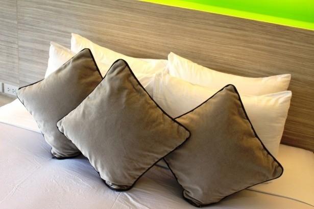 Cómo colocar cojines en la cama