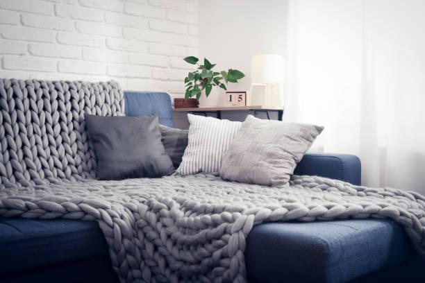 Como doblar una manta en el sofa