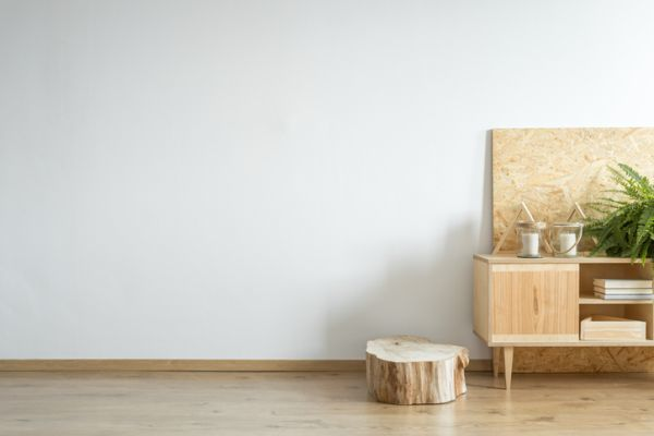 como-decorar-con-troncos-de-madera-comoda-istock