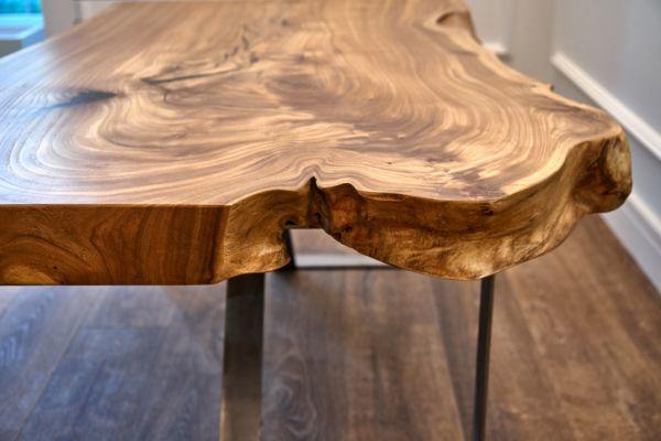como-decorar-con-troncos-de-madera-mesa-istock