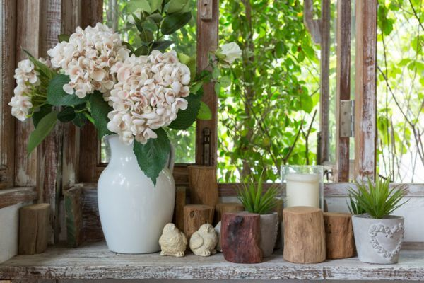 como-decorar-con-troncos-de-madera-portavelas-istock