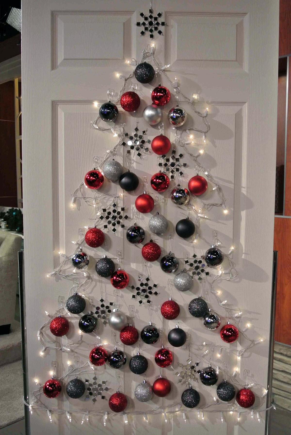como-decorar-una-puerta-en-navidad-arbol-manualidadesplus