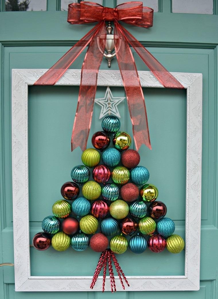como-decorar-una-puerta-en-navidad-bolas-casaydiseno
