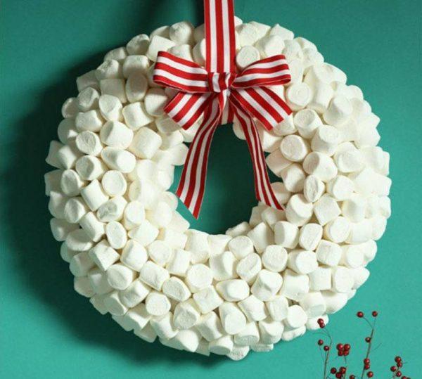 como-decorar-una-puerta-en-navidad-golosinas-elcomerciope