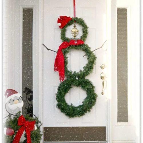 como-decorar-una-puerta-en-navidad-muneco-de-nieve-de-coronas-manualidades