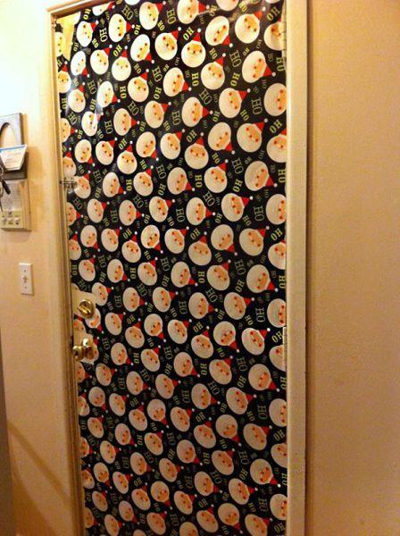 como-decorar-una-puerta-en-navidad-por-dentro-papel-de-regalo-decoracion-trendencias
