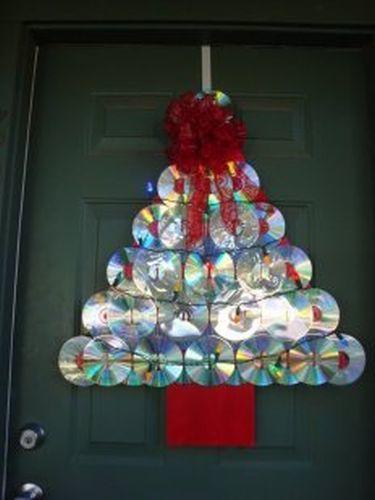 como-decorar-una-puerta-en-navidad-reciclado-arbol-cd-vivirentotana