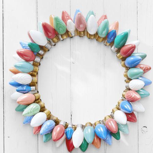como-decorar-una-puerta-en-navidad-reciclado-corona-de-bombillas-manualidades