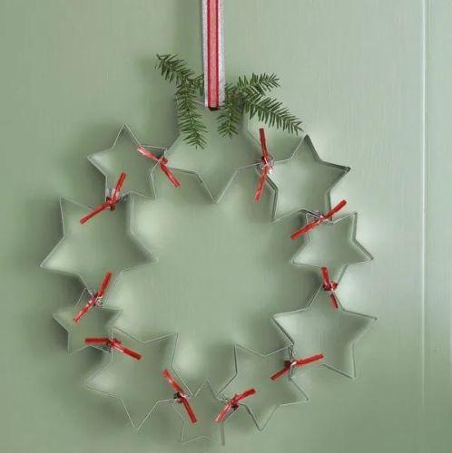 como-decorar-una-puerta-en-navidad-reciclado-guirnalda-con-moldes-para-galletas-manualidades
