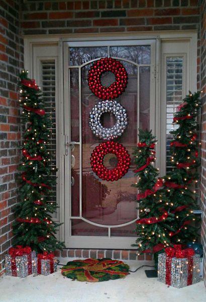 como-decorar-una-puerta-en-navidad-tres-coronas-colores-luces-decoracion-trendencias