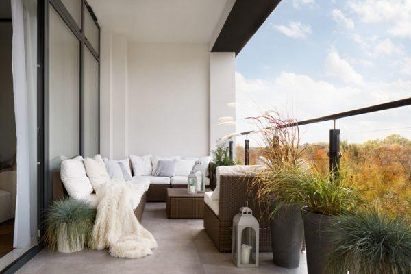 como-proteger-el-mobiliario-de-terraza-de-la-lluvia-istock