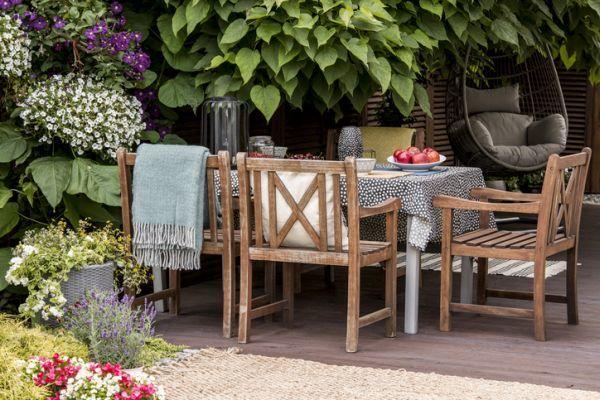como-proteger-el-mobiliario-de-terraza-de-la-lluvia-istock2