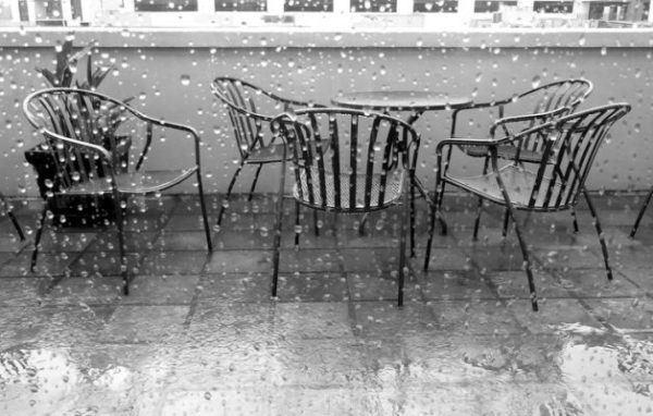 como-proteger-el-mobiliario-de-terraza-de-la-lluvia-istock5