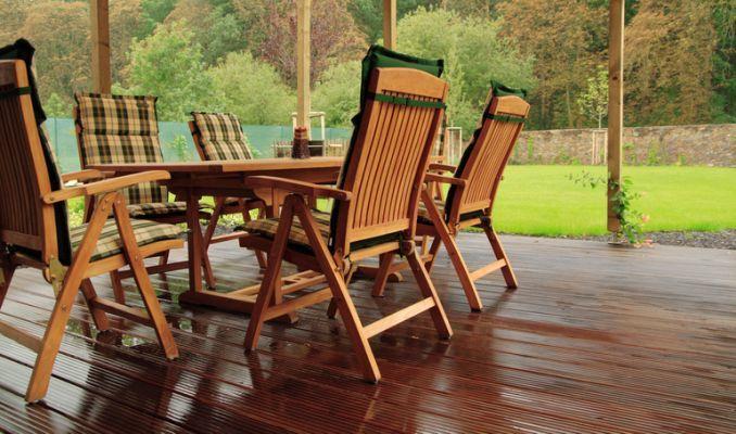 como-proteger-el-mobiliario-de-terraza-de-la-lluvia-istock6