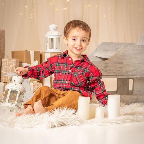 Niño entre velas y candiles