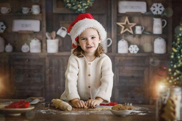 Niña preparando dulces en Navidad