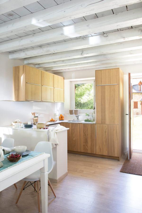 cocinas-en-blanco-y-madera-bicolor-elmueble