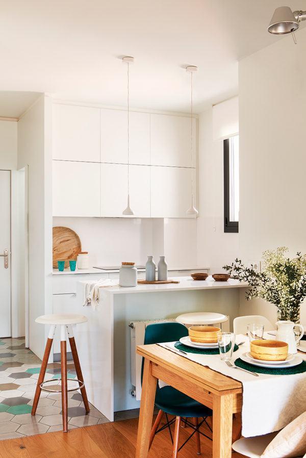 cocinas-en-blanco-y-madera-blanco-dividida-elmueble
