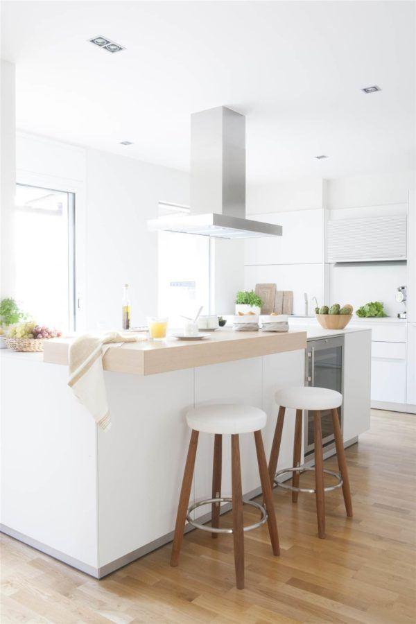 cocinas-en-blanco-y-madera-blanco-isla-bancos-elmueble