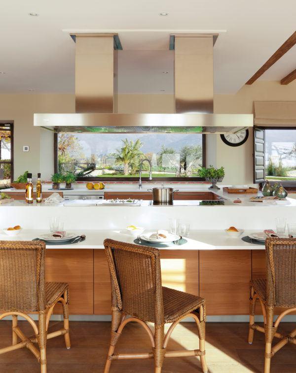 cocinas-en-blanco-y-madera-blanco-sillas-de-mimbre-elmueble