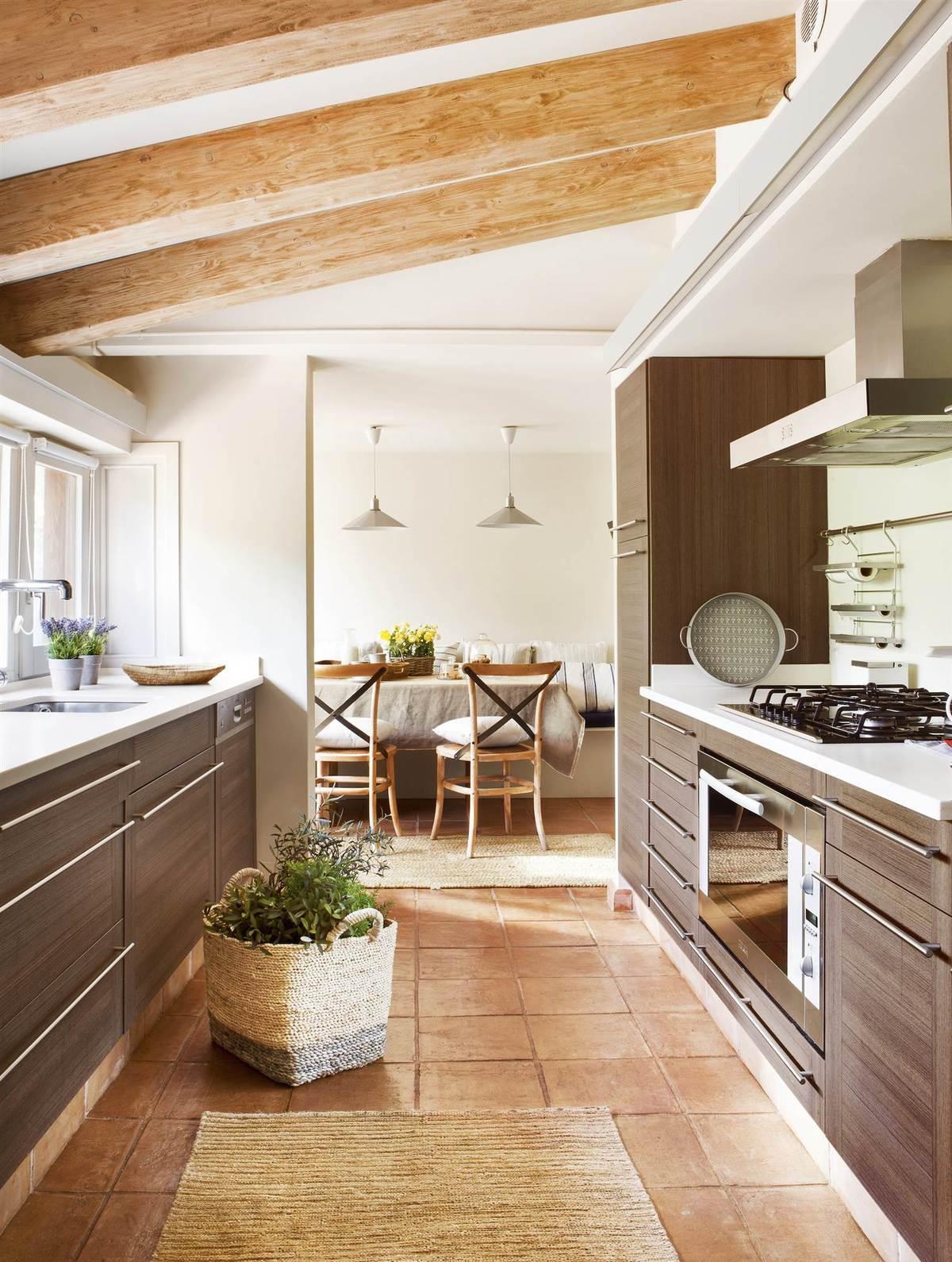cocinas-en-blanco-y-madera-oscura-elmueble