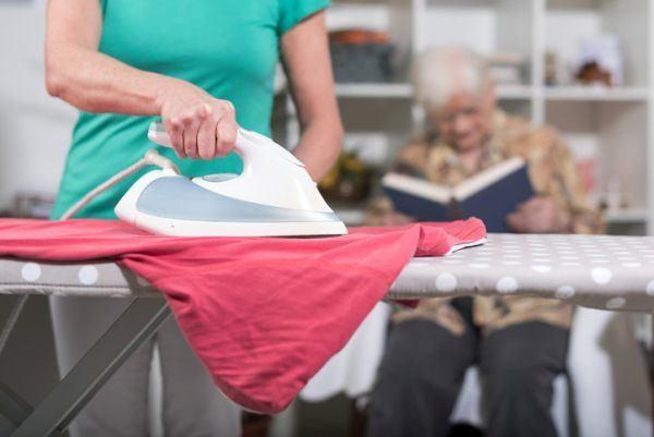 como-limpiar-la-plancha-de-la-ropa-istock3