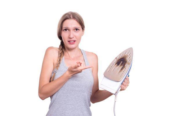 como-limpiar-la-plancha-de-la-ropa-istock5
