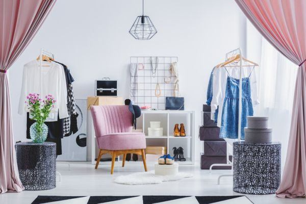 fotos-de-vestidores-abiertos-con-ideas-rosa-istock