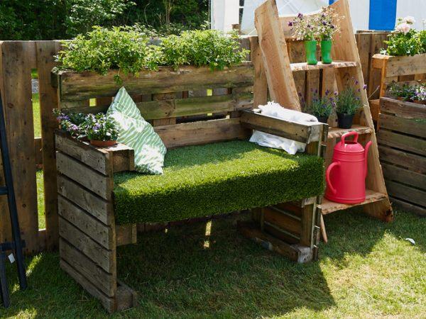 Ideas para hacer y decorar sillones de palets de madera jardin verde