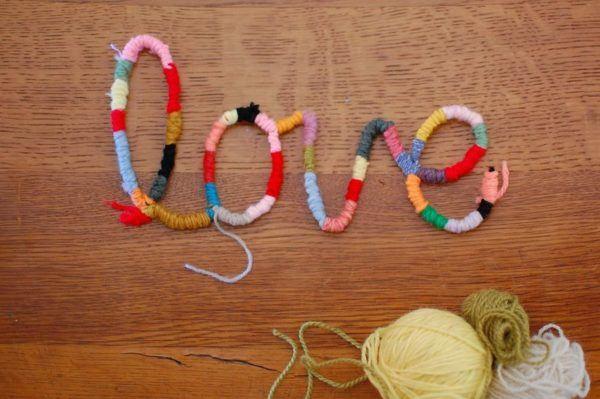 letras-decorativas-de-alambre-y-lana-corazon-multicolor-tuteate