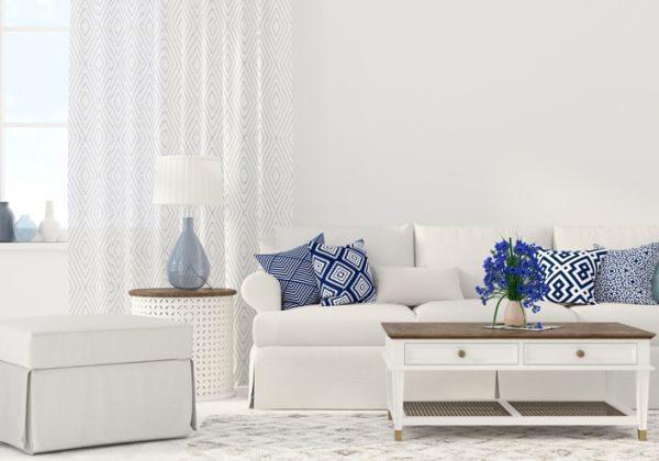 salones-decorados-con-un-sofa-blanco-azules-y-blancos-istock