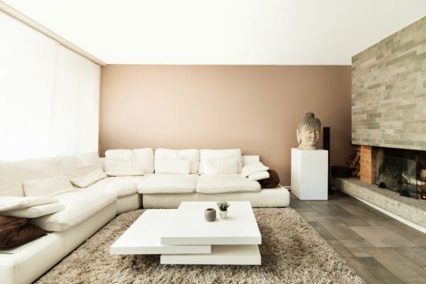 salones-decorados-con-un-sofa-blanco-chimenea-de-piedra-tres-presupuestos