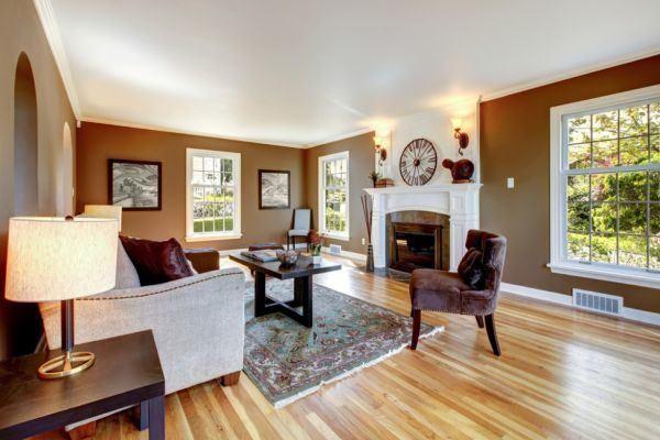salones-decorados-con-un-sofa-blanco-chimenea-integrada-tres-presupuestos