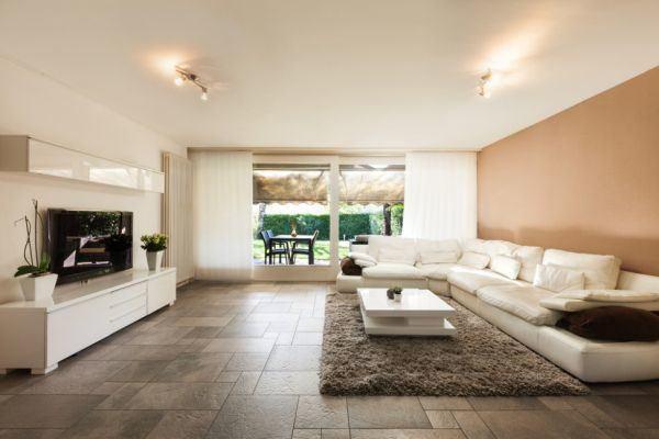 salones-decorados-con-un-sofa-blanco-minimalista-salmon-tres-presupuestos