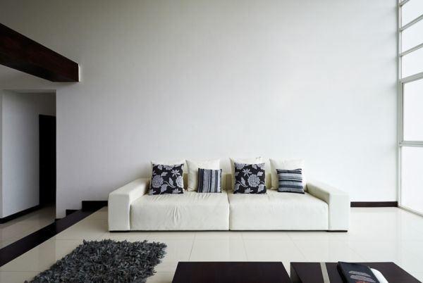 salones-decorados-con-un-sofa-blanco-minimalista-tres-presupuestos
