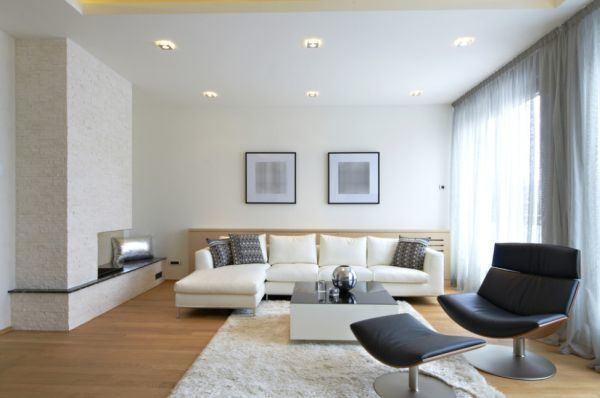 salones-decorados-con-un-sofa-blanco-moderno-beige-tres-presupuestos
