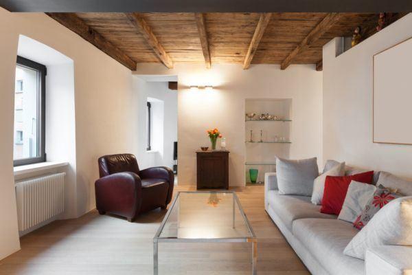 salones-decorados-con-un-sofa-blanco-rustico-con-vigas-de-madera-tres-presupuestos