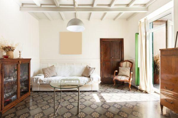 salones-decorados-con-un-sofa-blanco-rustico-con-vigas-tres-presupuestos