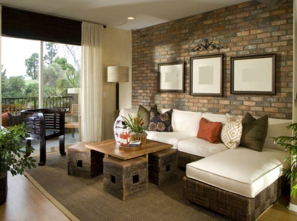 salones-decorados-con-un-sofa-blanco-rustico-ladrillo-tres-presupuestos