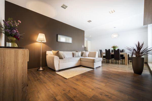 salones-decorados-con-un-sofa-blanco-rustico-tres-presupuestos