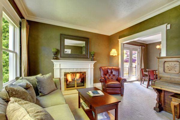 salones-decorados-con-un-sofa-blanco-vintage-molduras-tres-presupuestos