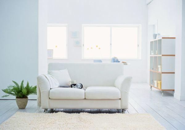 salones-decorados-con-un-sofa-blanco-vintage-tres-presupuestos