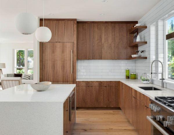 Cocinas blancas con madera natural