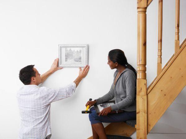 decorar-paredes-con-fotos-escalera-istock