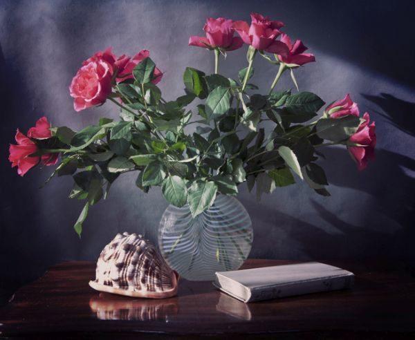 decoracion-con-jarrones-de-cristal-con-rosas-y-conchas-istock