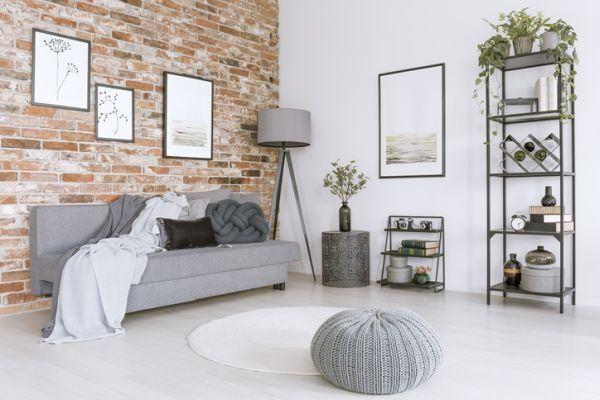 decoracion-ladrillo-visto-en-interior-blanco-y-gris-istock