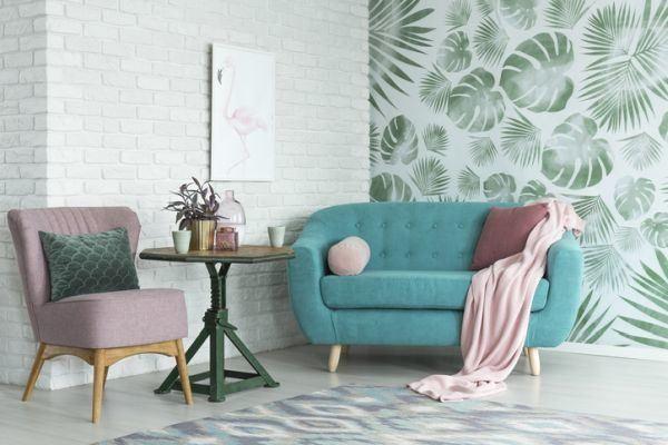 decoracion-ladrillo-visto-en-interior-sofas-pared-de-hojas-verdes-istock