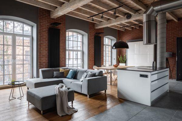 decoracion-ladrillo-visto-en-interior-suelo-madera-loft-istock