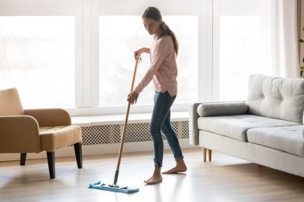limpiar-la-tarima-flotante-mujer-limpiando-istock
