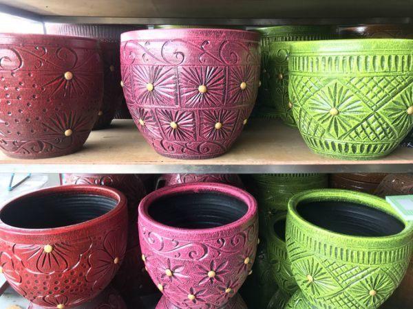 como-decorar-macetas-de-barro-de color-roja-rosa-verde-istock